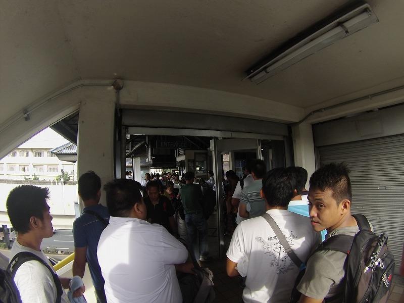 LRTに乗る前のセキュリティチェック