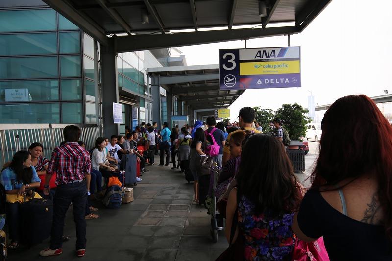 空港入る前のセキュリティチェック